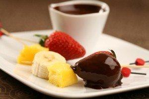 recette-d6754-fondue-de-chocolat-noir-grand-cru-fruits-de-saison-en-brochette